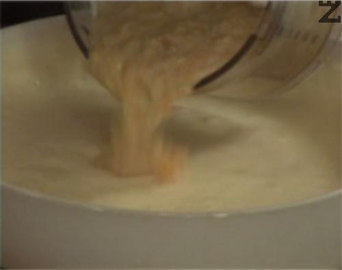 Добавяме и прасковеното кисело мляко и разбъркваме с помощта на силиконова шпатула.