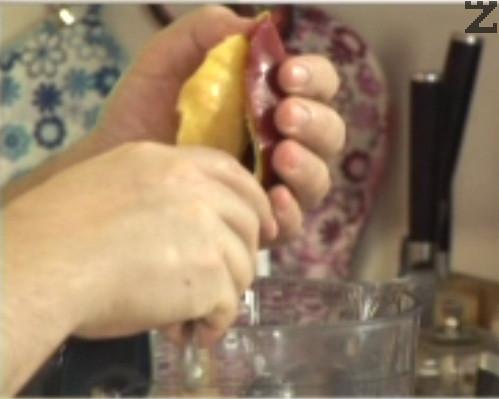 Издълбаваме месестата част на плода със супена лъжица или я нарязваме на парченца.