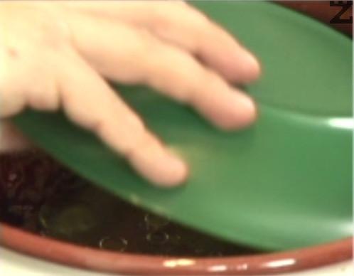 Похлупваме с чиния и поставяме в студена фурна. Печем на 180 градуса за 60-90 мин.