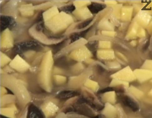 След като течността се изпари, слагаме обелени и нарязани на по-малки кубчета картофи. Наливаме 1 ч.ч. гореща вода, посоляваме и поръсваме с черен пипер. Задушаваме под капак за 10 мин. или докато картофите омекнат. В самия край поръсваме с тарос.