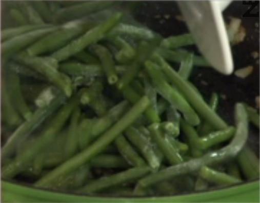 Нарязваме лук на ситно и го запържваме в загрята мазнина, заедно с настърган джинджифил и зелен фасул.