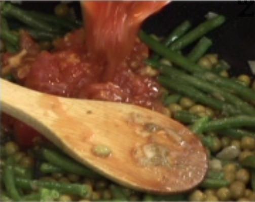 Разбъркваме енергично, прибавяме грах и нарязани на ситно стерилизирани домати. Посоляваме, поръсваме със захар, добавяме и къри паста.