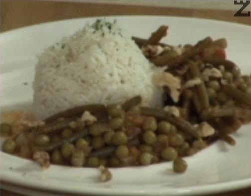 Поднасяме с варен ориз - жасминов или Басмати и поръсваме с магданоз.