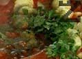 Слагаме сварените, обелени и нарязани картофи в тигана. Поръсваме с нарязан магданоз, копър и чубрица. Посоляваме и разбъркваме плънката. Покриваме дъното на тенджерата със зелеви листа.
