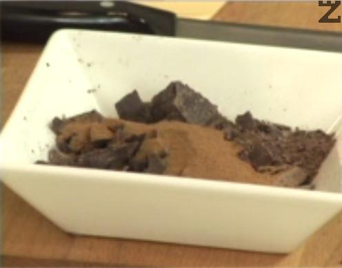 В друг съд настъргваме или нарязваме на еднакви по големина парченца шоколад. Смесваме с кафе и прехвърляме към млякото.