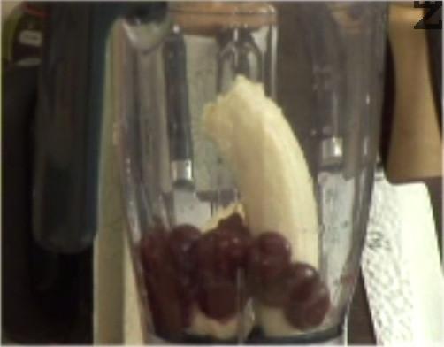 В блендер слагаме цял банан, почистени от костилките череши и стафиди.