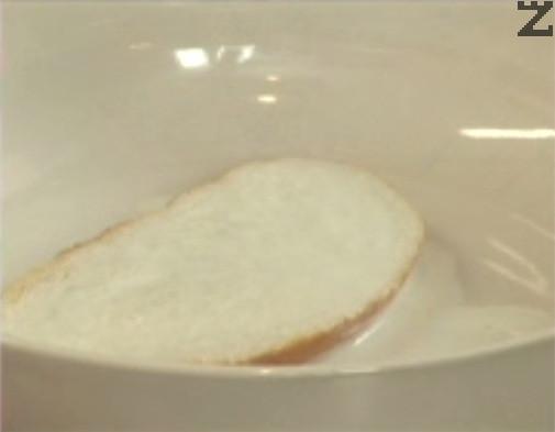 Накисваме за кратко филия хляб в студено прясно мляко.