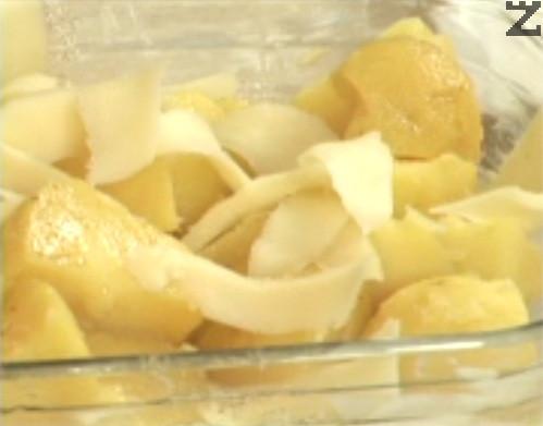 В тиган запържваме краве масло и след като стане златисто, го поливаме върху картофите. Посоляваме, отгоре редим нарязан на по-едри филийки кашкавал.