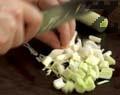 Нарязваме киселото зеле на ситно. Запичаме сухи чушки на тиган без мазнина. Нарязваме стрък праз лук.