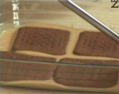 В правоъгълна тава с размери 30х20 см редуваме крем, кафяви бисквити, крем и обикновени бисквити.