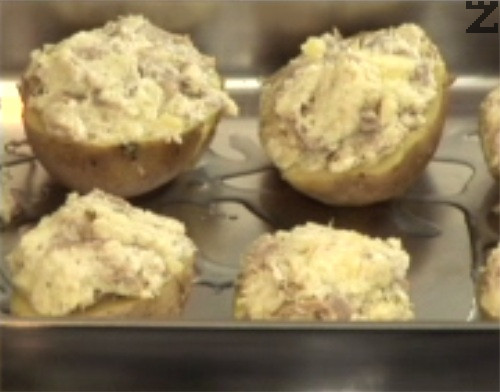 Поставяме ги в намаслена тава, печем в средата на предварително загрята фурна на 200 градуса за 15-20 мин. Поднасяме картофите със зелена салата за гарнитура.