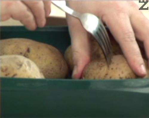 За да се сварят бързо картофите ги набождаме с вилица и ги поставяме в подходящ за микровълнова фурна съд. Запичаме под капак за 15 мин. на 800 вата. След като времето изтече, не вадим съда от фурната още 2-3 мин.Може да се сварят и само във вода.