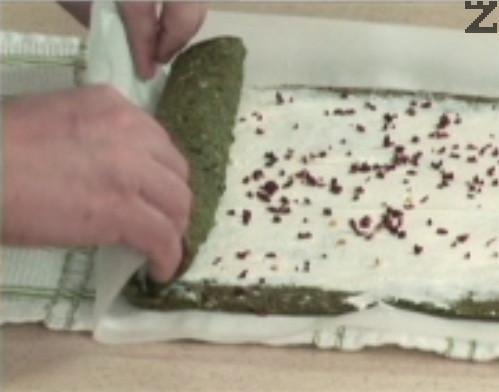 Нарязваме стрък пресен лук и го задушаваме в сгорещена мазнина за 15-20 сек.