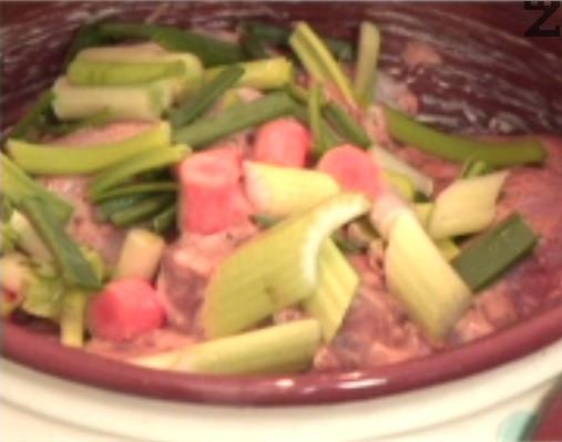 Отгоре нареждаме порциите заешко и покриваме с останалата част от зеленчуците.