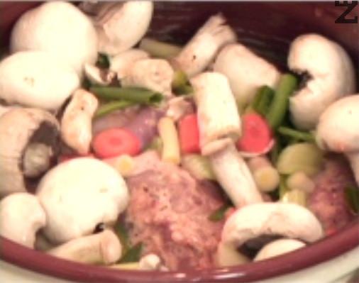 Наливаме 1 – 1 ½ ч.ч. студена вода /течността трябва да е 3-4 пръста под нивото на зеленчуците/. Поръсваме с 1-2 ч.л. сол и отново поливаме с олио. Поръсваме с червен пипер и затваряме гювеча с капак.