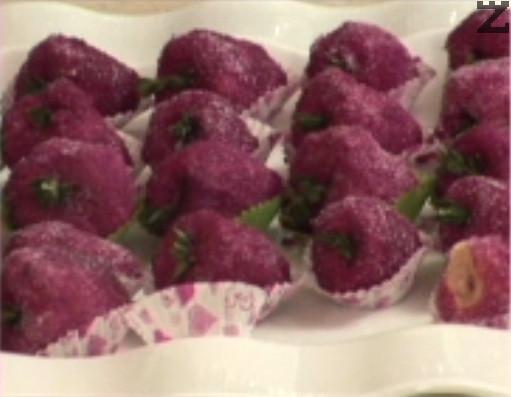 Редим ягодките в хартиени капсули, слагаме по листенце прясна мащерка за дръжка.