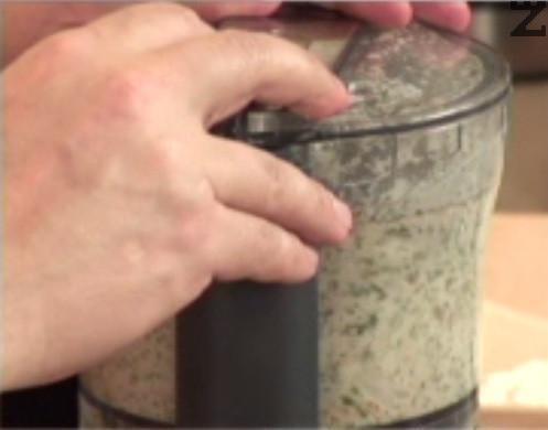 Мелим, докато се получи еднородна смес, която прехвърляме към каймата. Добавяме яйце, поръсваме със сол и черен пипер.
