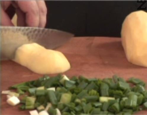 Нарязваме пресен лук, картофи и морков на дребни кубчета. Поставяме зеленчуците в тенджера под налягане.