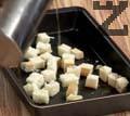 Първо се приготвят кротони. За това се нарязва на хляба малки кубчета, слагат се в тава и поливат със зехтин. Запичат се до златисто в силно загрята фурна на 200С като се разбъркват на няколко пъти за да се изпекат равномерно.