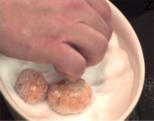 Пържим на маслена баня за 1-2 мин. или във фритюрник на 170 градуса. Овалваме ги в захар, докато са още топли.