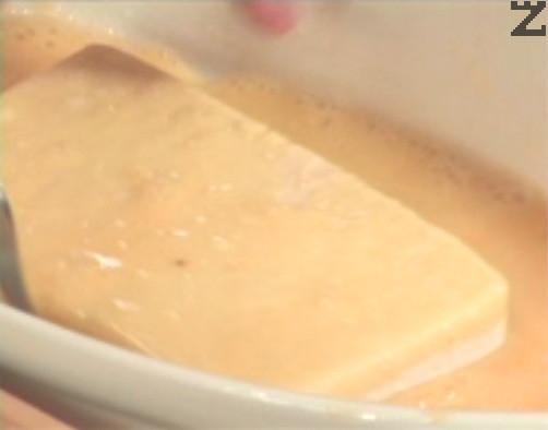 След това ги овалваме в брашно, като изтръскваме филийките много добре. Потапяме кашкавала от всички страни в разбитите яйца и овалваме в галета.