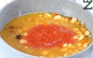 В края се добавят консервираните домати. Ястието се посолява. Вари се още 20 минути на слаб огън под капак.