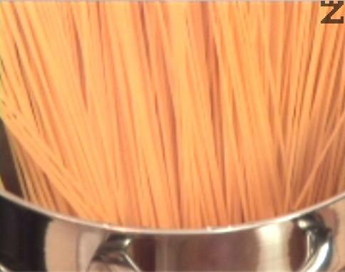 Сваряваме спагетите в подсолена вода за 8-10 мин., след което не ги изплакваме.
