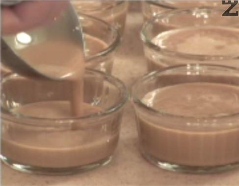 Прибавяме ванилия и разпределяме крема в 6 огнеопорни купички. Поставяме в средата на предварително затоплена фурна и печем на 140 градуса за 40-50 мин. Оставяме десерта за няколко часа, за да изстине напълно. След като е добре охладен, поръсваме всяка купичка с по 1 ч.л. захар и разпределяме равно