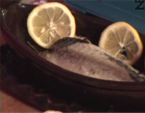 След като станат златисти, ги прехвърляме в глинена гондола. Слагаме дафинов лист и шайби лимон, поръсваме с черен пипер.