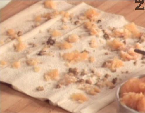 Настъргваме сурова тиква на едро ренде. Вземаме 2 листа от готовите кори, поръсваме с малко тиква, 1 с.л. грис, 2 ч.л. захар, счукани орехи и канела по желание.