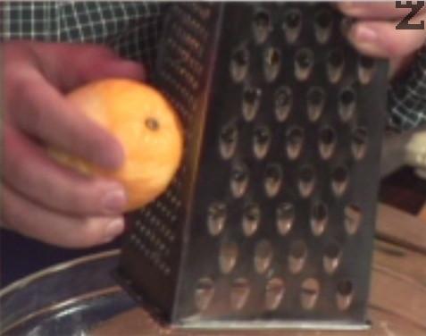Наливаме хладко прясно мляко /до 36 градуса/ и разбъркваме. Отгоре настъргваме лимонови кори и слагаме ванилии. Разбъркваме за кратко.
