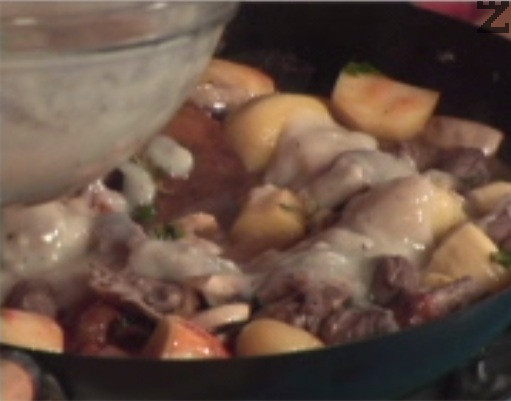 Наливаме гъбен сос, поръсваме с джоджен и магданоз. Наливаме останалото вино, разбъркваме и задушаваме, докато течността се изпари, сместа леко се сгъсти, а картофите омекнат.