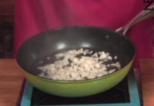 Приготвяме доматен сос. Сгорещяваме олио и в него запържваме ситно нарязан лук.