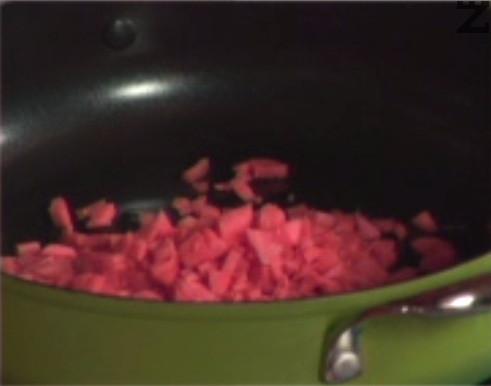 Приготвяме плънката. Режем моркови на кубчета и ги запържваме в сгорещено олио, докато мазнината не стане оранжева.