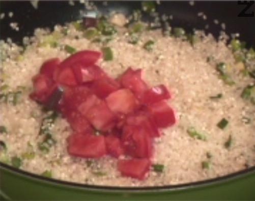 Прехвърляме ориз и след като стане стъклен, слагаме кубчета домати. За кратко разбъркваме, посоляваме и прехвърляме в тава за печене.