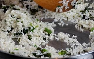 """Оризът се измива добре и отцежда. Слага се при лука. Запържва се на умерен огън за 1-2 минути, докато стане """"стъклен""""."""