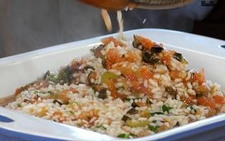 В тава, се слагат нарязаните сварени дреболии, заливат се с ориза.