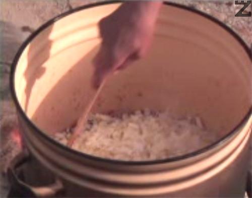Оставяме ястието да поври, докато зелето омекне. Добавяме замразен грах и нарязан на парчета фасул и разбъркваме. След кратко варене, слагаме и сушени зеленчуци. Продължаваме да задушаваме, като периодично разбъркваме.