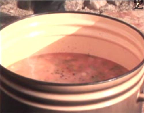 Поръсваме със зърна черен пипер и оставяме отново сместа да заври. Прехвърляме ориза и след като се свари, прекратяваме варенето.