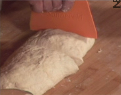 Върху намаслена и набрашнена повърхност замесваме не много твърдо тесто. Разделяме го на 4 топки, намазняваме ги и ги оставяме да отлежат за около 45 мин. в отделни найлонови торбички.