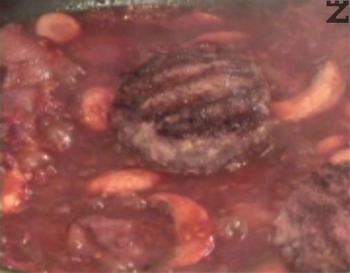 Варим за 5 мин., отстраняваме дафиновия лист и прехвърляме кюфтетата в соса. По желание поръсваме с лют червен пипер. Варим на бавен огън под капак за още 20 мин.