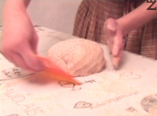 Оформяме ги на хлябове, по възможност върху гладък плот /мрамор, дърво/ и поставяме в съдовете, в които ще втасва.