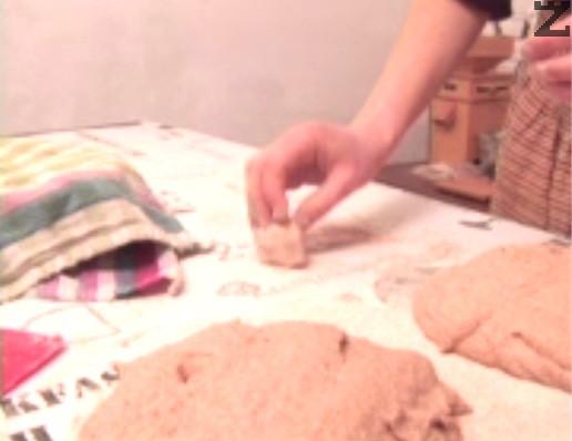 В този етап се отделя и квас за следващия път, като се замесва с повече брашно на твърдо топче и се прибира в хладилник.