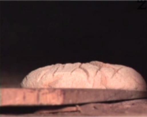 Печем хляба в предварително загрята до 250 градуса фурна (или в пещ), като е препоръчително да се постави и купичка с вода, която да се изпарява по време на печенето.