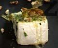 Овалваме сиренето в нарязаните зелени подправки. Запечатваме го в тигана, добавяме орехови ядки, смокинов мед и разбъркваме.