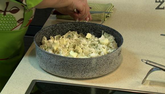 След като се нарежат и подредят в тавата се поливат с останалите яйца и сирене и покриват с парченца масло.