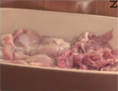 Нареждаме в тавичка обезкостени пържолки, на които сме махнали кожата, поръсваме със сол и бял пипер. Добавяме нарязани на ситно лук и чесън.