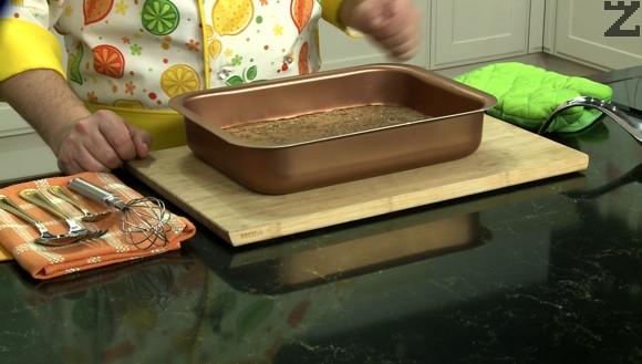 Брауни се пекат на 180 ℃ в предварително затоплена фурна за 20-25 минути. След като изтинат се режат на квадрати и сервират.