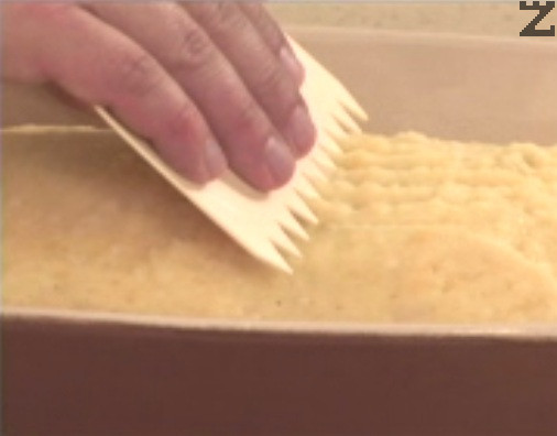 Набраздяваме леко повърхността с вилица или сладкарски гребен и поръсваме с галета.