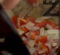 Запържваме зеленчуците в загрято олио. Настъргваме обелен домат. Запичаме кимиона.